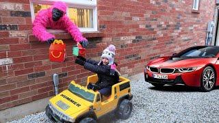 أطفال نتظاهر بالعب ماكدونالدز هابي ميل درايف ثرو  Heidi و Zidane