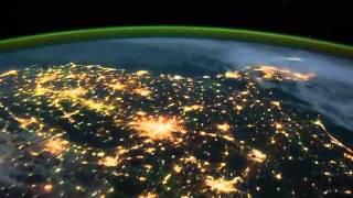 Северное сияние: видео с МКС(Замедленная видеозапись Земли на которой отчетливо видно северное сияние была сделана космонавтами 28..., 2011-11-15T16:03:46.000Z)