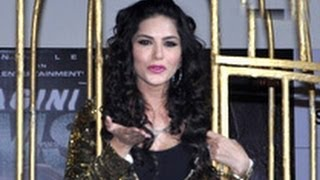 Sunny leone promotes 'ragini mms 2' with live cage | baby doll song