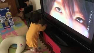 1歳になりたてのうちの子が黒木渚の曲をTVで流すと何をやっててもTV前に...