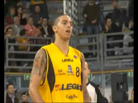 Anthony Carter: rimbalzo+assist per Rick Apodaca (Legea Scafati)