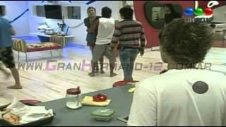 FULL - Tomasito provocando a Florencia y Juan Cruz casi le pega - Gran Hermano 2012 Argentina