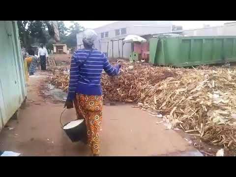 """""""C'est Bimb'ordures"""" : déchets à la pelle dans un marché en Centrafrique"""