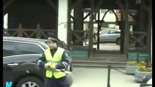Парень с громкоговорителем веселит Москву
