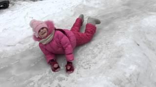 Алиса катается на ледяных горках. Зима.Снег.Горки. Alice skates on ice hills.