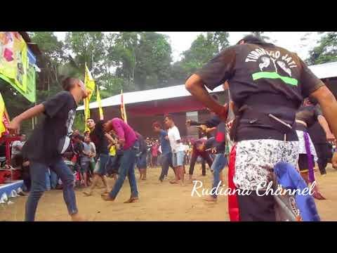 Penonton Ebeg Wahyu Turonggo Jati pada mendem