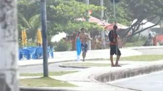 Jesus Luz corre na praia com loiraça
