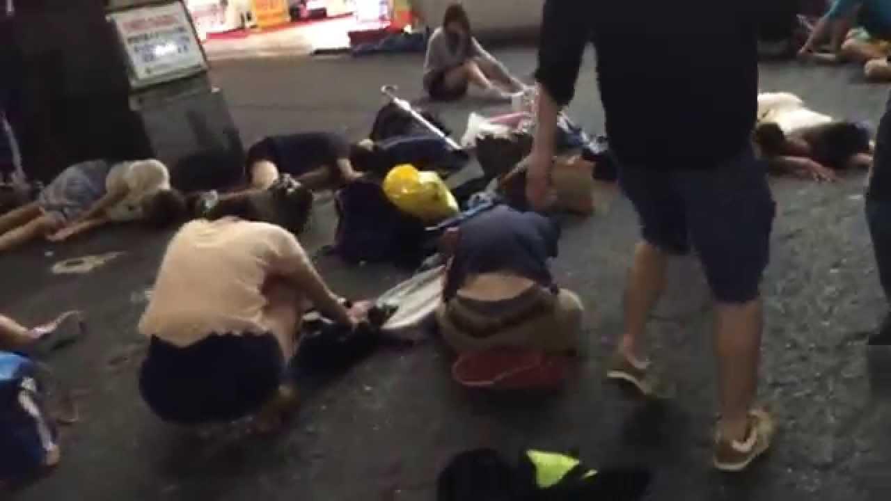 大学生が歌舞伎町の新宿コマ劇場前で倒れる
