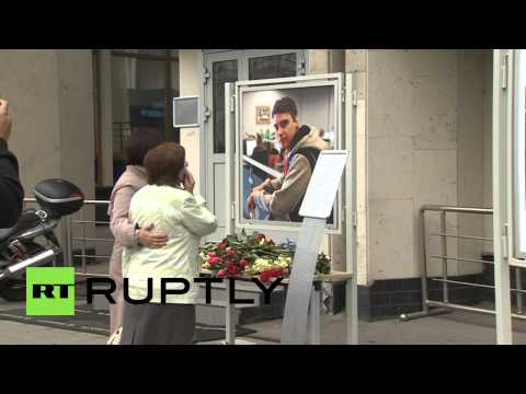 Russia: Mother of Russian journalist killed in Ukraine pays her respects