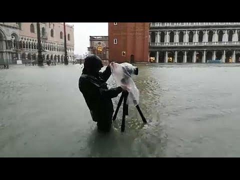 Fast 2 Meter Hochwasser am Markusplatz in Venedig - YouTube