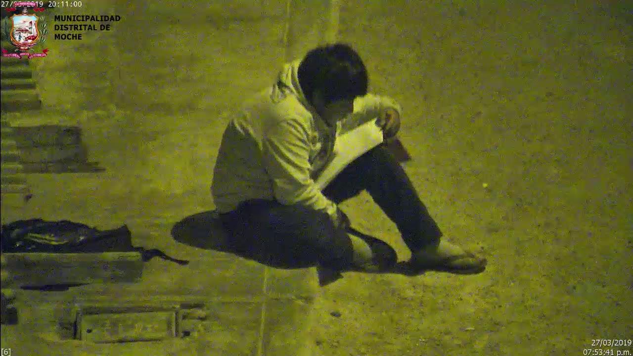 d1b791c5ca Rendőr akar lenni: az utcai lámpa fénye alatt írja a leckéjét a 12 éves  kisfiú