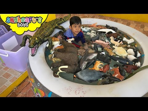 100 ANIMALS swimming in the pool! Skyheart plays with animal toys for kids mojo planet