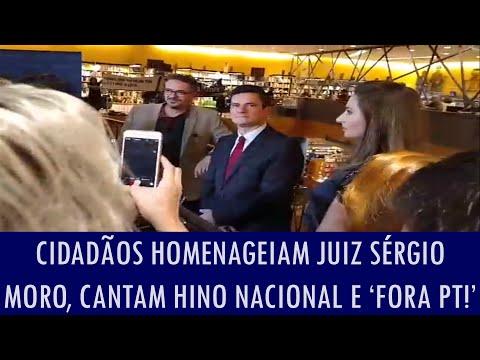 Cidadãos homenageiam juiz Sérgio Moro, cantam Hino Nacional e 'Fora PT!' em livraria