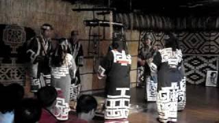 """在名為""""毗臨之家""""的傳統愛奴茅草房內, 可觀賞愛奴族傳統舞蹈演出傳統樂..."""