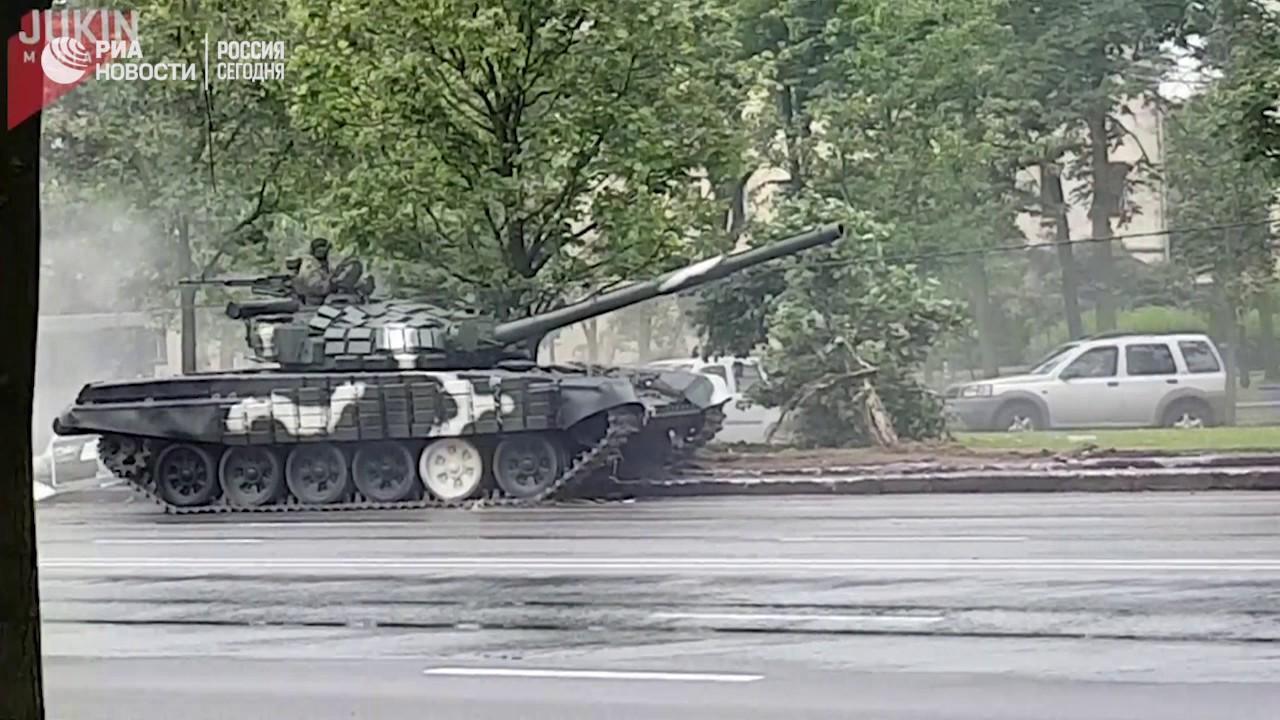 Танк снес столб во время репетиции парада в Минске