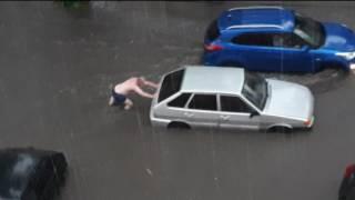 Потоп в Ульяновске 05.07.2017 Мужчина в трусах спасает машину