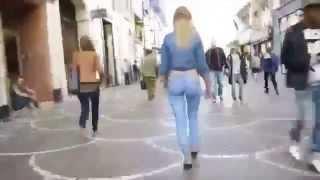 jeune fille dessine un pantalon jeans sur son corps et se promene avec sans remarque