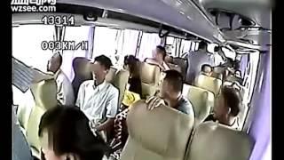 لحظة سقوط حافلة ركاب صينية من أعلي الكوبري