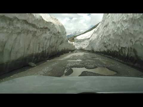 Driving through snow @Srinagar leh Highway in mahindra xuv500