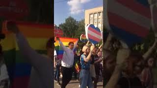 «Радужный флешмоб»: у библиотеки им. Горького в Запорожье прошла акция ЛГБТ-сообщества