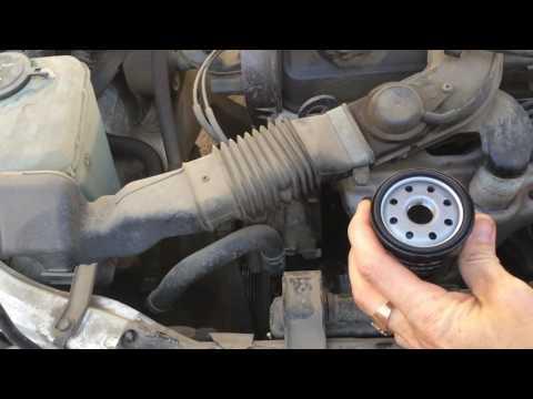 Тойота Королла EE100 1993 года меняем моторное масло и фильтра Toyota Corolla