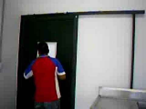 Puerta alto impacto con cierra puerta youtube - Cierra puertas automatico ...