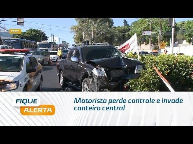 Motorista perde controle e invade canteiro central da Avenida Fernandes Lima