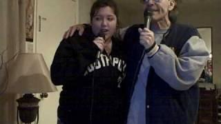 Vocalista Hector Javier y Mayra cantando