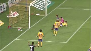左サイドを抜け出したアデミウソン(G大阪)のクロスがオウンゴールを...