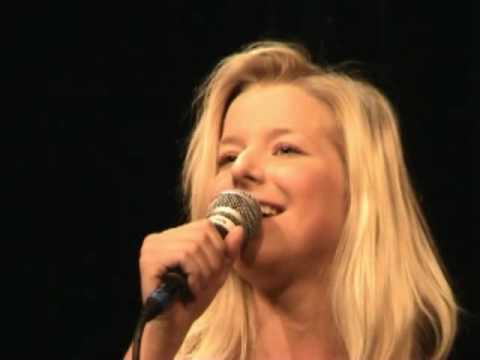 Frida Öhrn sjunger jazz på Nalen
