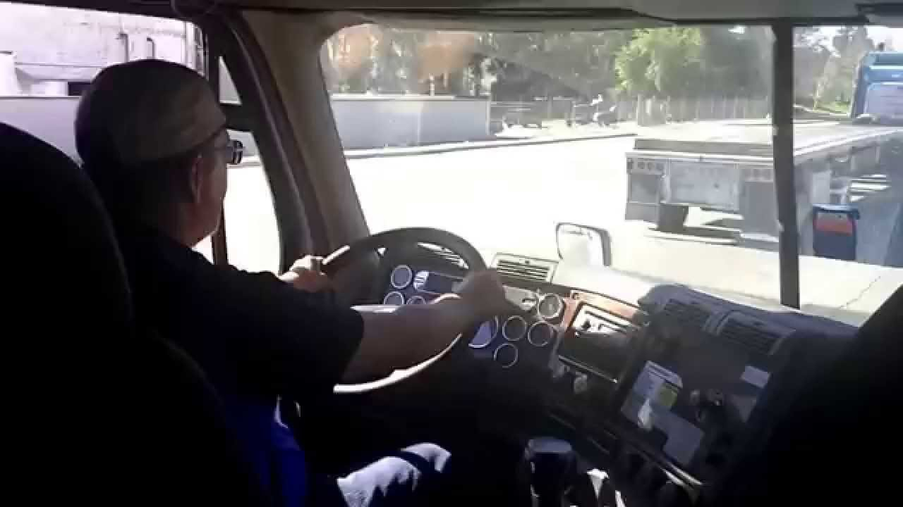 driving a freightliner cascadia 10 speed for the first time at roadmaster trucking school youtube. Black Bedroom Furniture Sets. Home Design Ideas