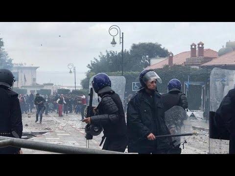 مراسلة يورونيوز: الشرطة الجزائرية تطلق الغاز المسيل للدموع على المتظاهرين…