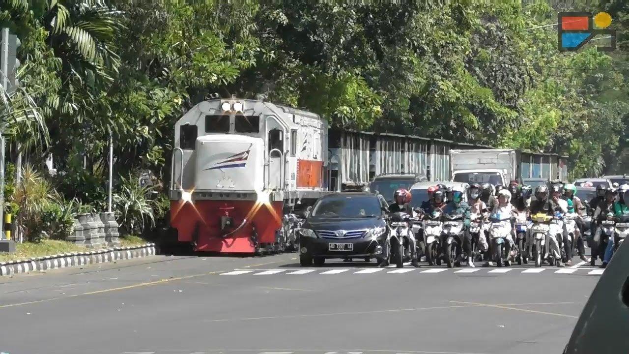 Wow Mengejar Kereta Api Di Jalan Raya Youtube