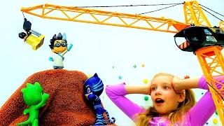 ГЕРОИ в МАСКАХ: #КЕТБОЙ #ГЕККО спасают город! Ромео хочет взорвать 🌋 Вулкан! Видео игрушки #длядетей