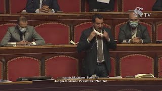 Senato, Salvini protesta togliendosi la mascherina: Calderoli lo costringe a rimetterla