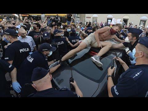 شاهد: متظاهرون يحاولون منع الشرطة من توقيف ناشطة من -مجتمع الميم- في بولندا…  - نشر قبل 4 ساعة