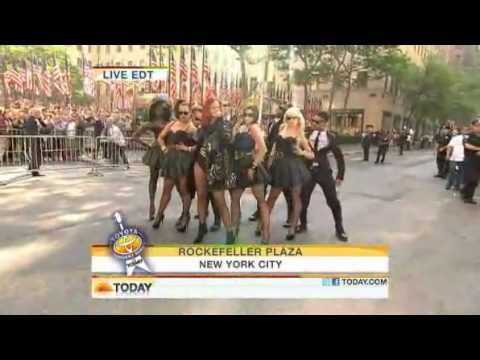 Rihanna - S&M ( Live Today Show 05-27-2011 )