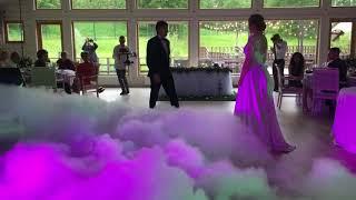 Очень красивый первый свадебный танец молодых в облаках тяжелого дыма от дым.рус и dryice.pro