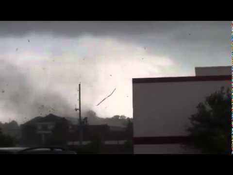 Tornado hits Lee's Summit, Missouri