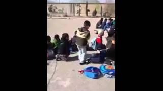 رقص دیدنی یک پسر بچه دبستانی در حیاط مدرسه