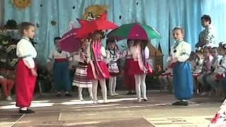 Забавный танец с зонтиками