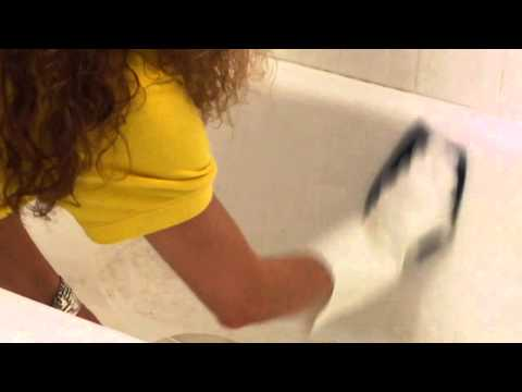 How to Remove Stains From a Bathtub