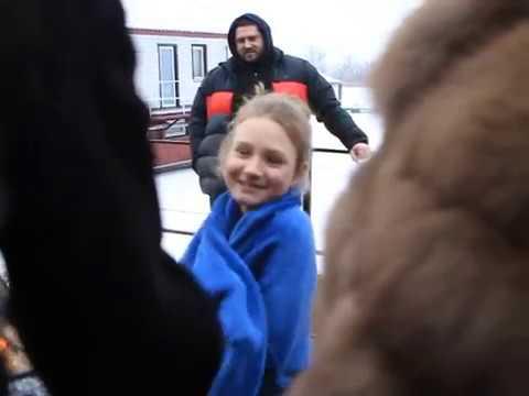 Девочка впервые окунулась в прорубь на крещение