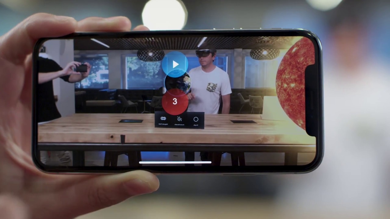 HoloLens Update Brings Display Mirroring & Quick Actions Menu for