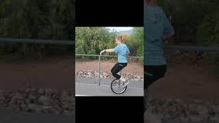 Abby y Papá aprendiendo a montar el monociclo