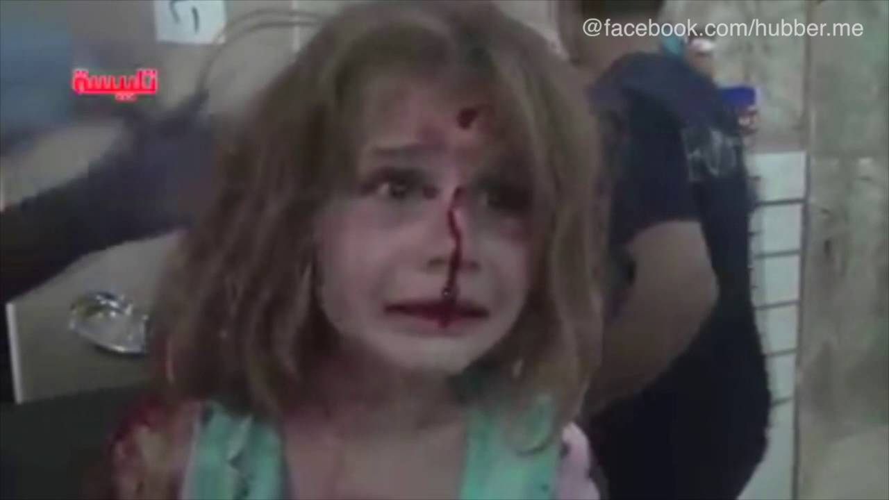 Blutüberströmt: Weinendes Mädchen in Syrien - YouTube