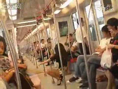 Múa cột trên tầu điện ngầm