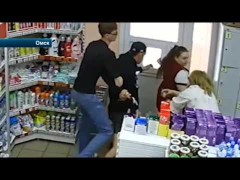 В  Омске продавцы одного из магазинов мёртвой хваткой вцепились в воришку