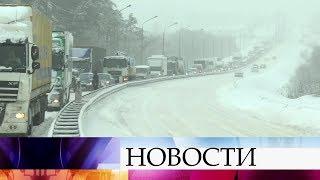 В Москве рекордные снегопады привели к коллапсу на дорогах и осложнили работу аэропортов.