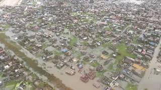 La ville de Beira dévastée par le cyclone IDAI vue d'hélicoptère
